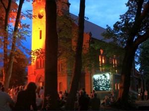 kościół w Trzęsaczu podczas koncertu w nocy